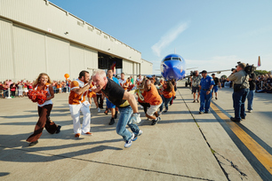 2015-southwest-airlines-pigskin-plane-pull-6