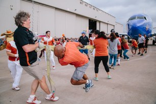2014-southwest-airlines-pigskin-plane-pull-9