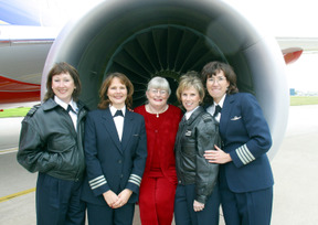 Colleen-Barrett-with-Female-Pilots-near-Boeing-737
